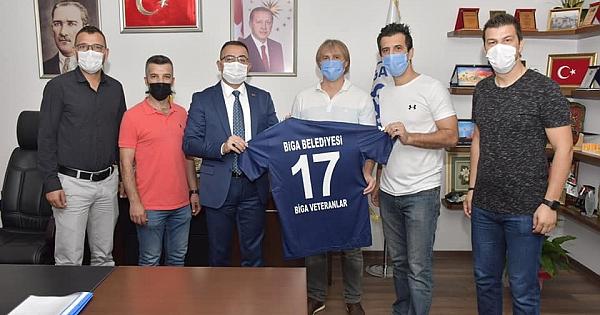 Biga Veteranlar Futbol Takımı Bülent Erdoğan'ı makamında ziyaret etti