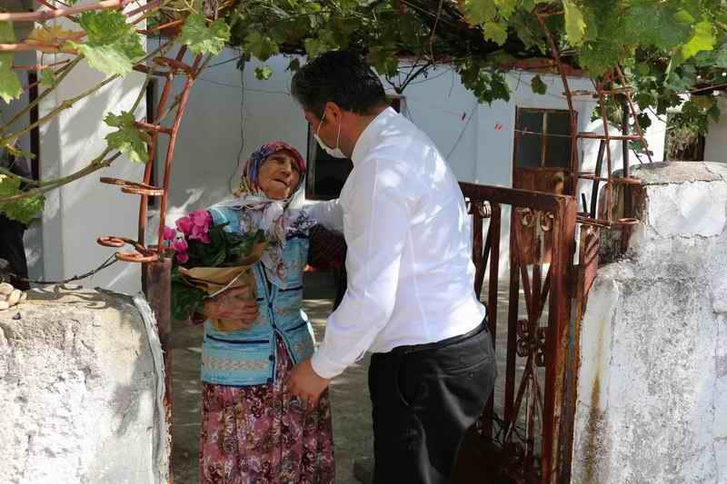 2020/10/1601555368_baskan_uygun_yaslilara_ziyaret_(2).jpg