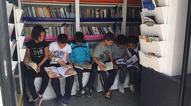 Çocuklar Gezici Kütüphaneye akın etti