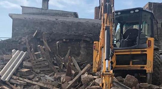 Hasar gören yapılar yıkılıyor