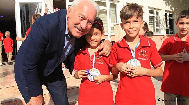 Başkan Yılmaz'dan öğrencilere hediye