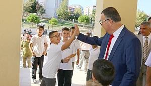 Öğrencilerin sevincine ortak oldu