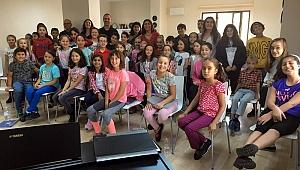 Müzisyen Urşanova çocuklarla buluştu