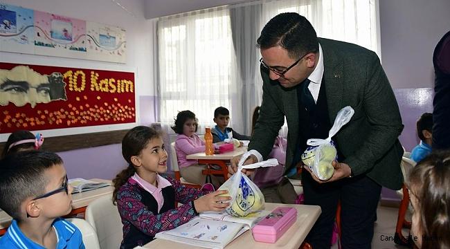 Başkan Erdoğan'dan öğrencilere elma ikramı