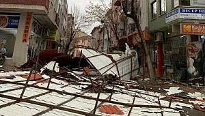 Biga'da fırtına binanın çatısını uçurdu