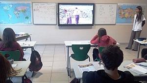 Okullarda Akif ve Troya belgeseli izleniyor
