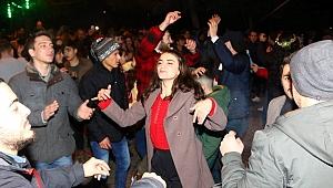 Yılbaşı sokağında yeni yıl kutlaması