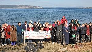 Gençler sahilleri temizledi