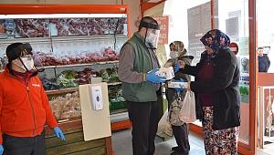 Ezine'de marketler ücretsiz maske dağıtmaya başladı
