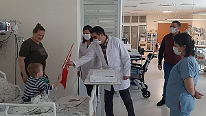 Hastanede çocuklara 23 Nisan hediyesi