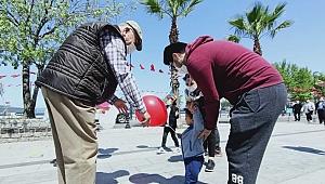 Çocuklara balon dağıtıldı