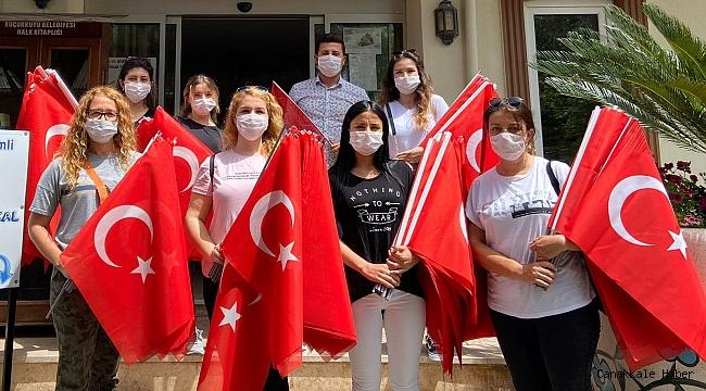 Esnaflara Türk Bayrağı dağıtıldı