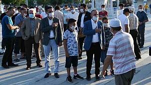 Bülent Turan, bayram namazını memleketinde kıldı