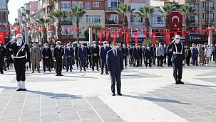 Atatürk Anıtı'na çelenkler sunuldu