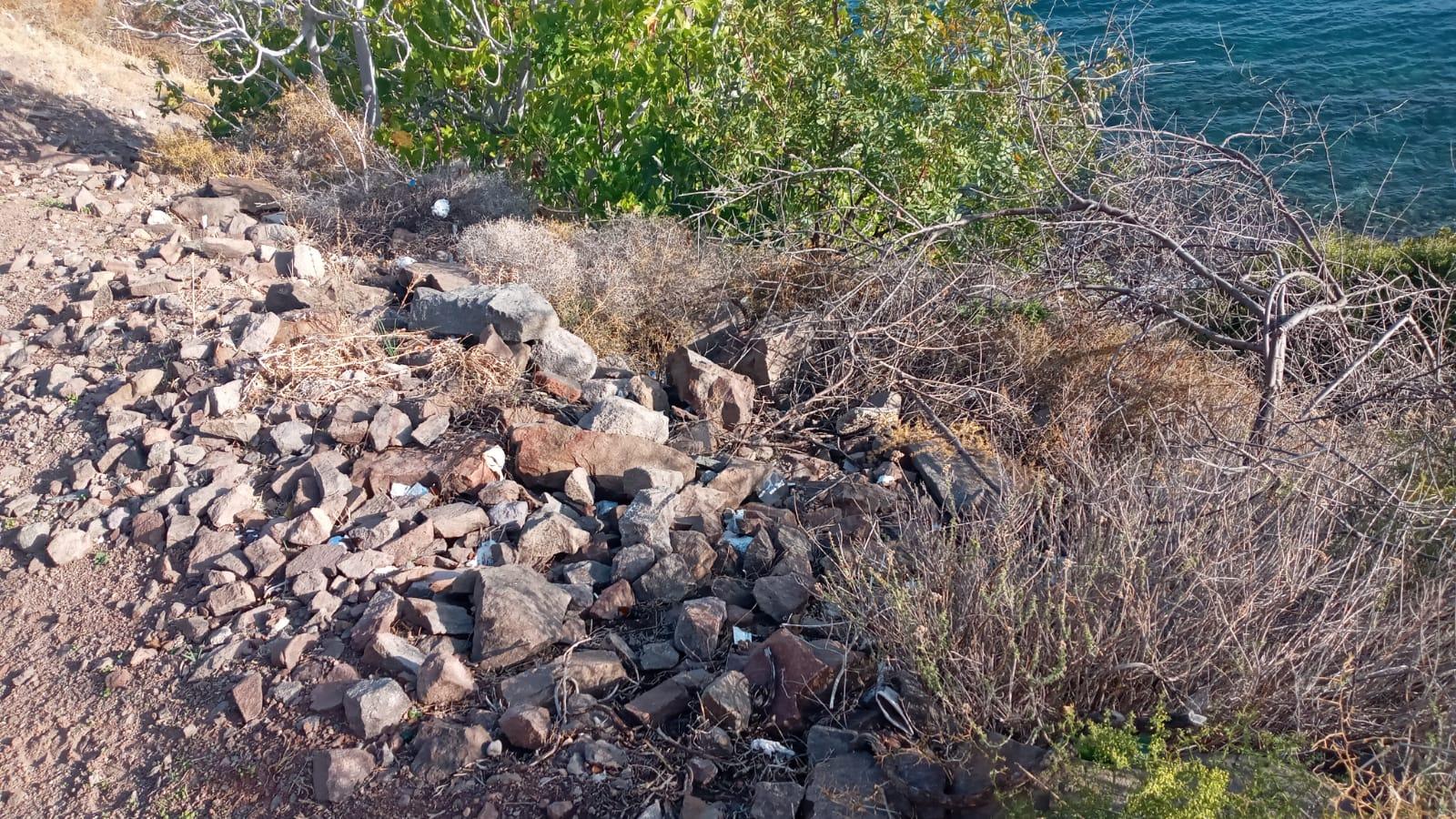 Ayvacık'ta kayalar araziden koparak düştü