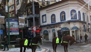 Atlı polisler kısıtlamaya uymayanların peşinde