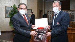 Başkan Demir'den personele forma hediyesi