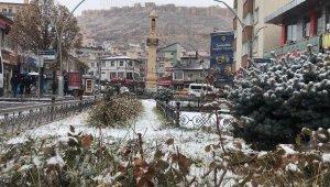 Bayburt merkeze mevsimin ilk karı yağdı
