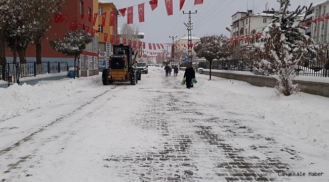 Çaldıran Belediyesi çarşı merkezinde biriken karı temizledi