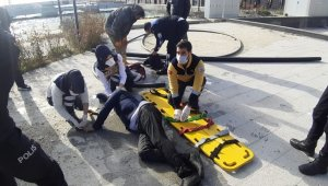 Denize atlayan adamı zabıta memuru kurtardı