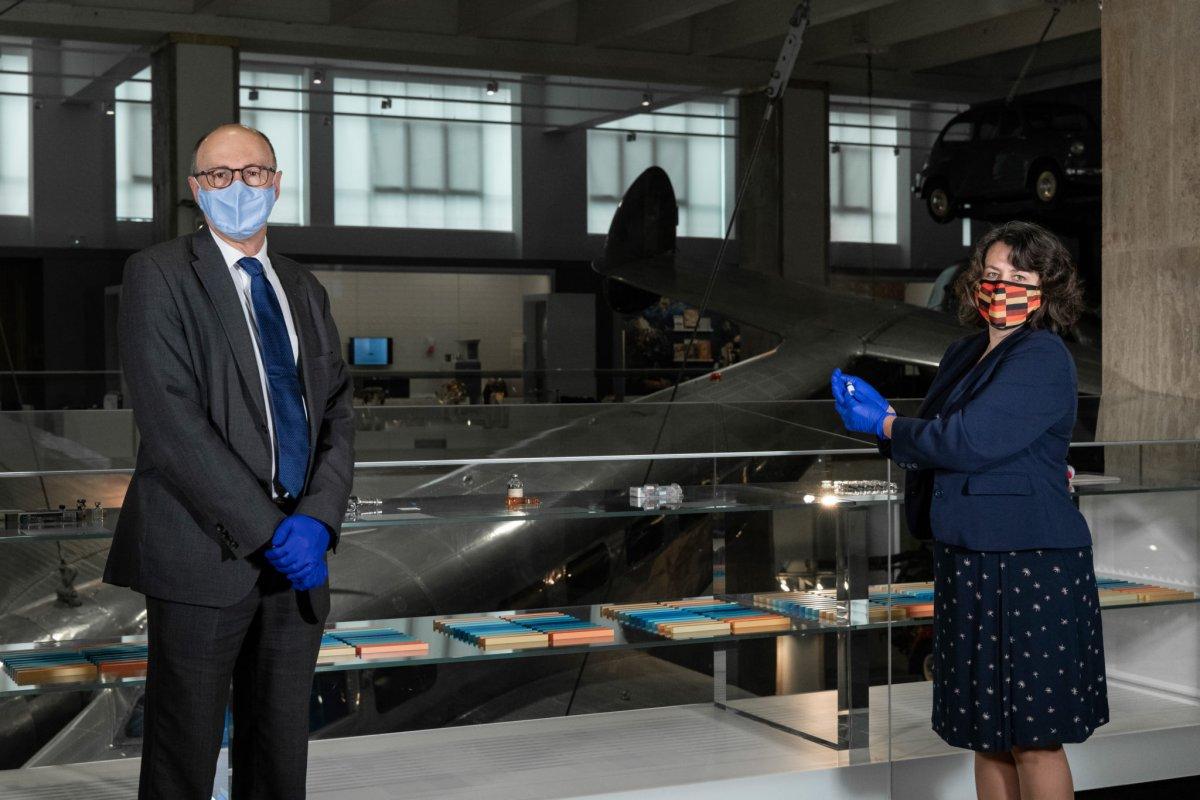 Dünyada ilk uygulanan korona aşısı müzeye konuldu