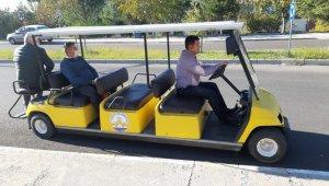 Golf araçları erişebilirliğe ihtiyaç duyan çalışan ve öğrencilerin hizmetinde