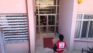 Hisarcık'ta Kızılay, iş yeri kapanan esnaflara gıda kolisi dağıttı