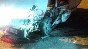 Jandarma ekiplerinden kaçarken kazaya karıştı, 3 yaralı