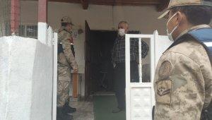 Jandarma kısıtlamada yaşlıların yardımına koştu