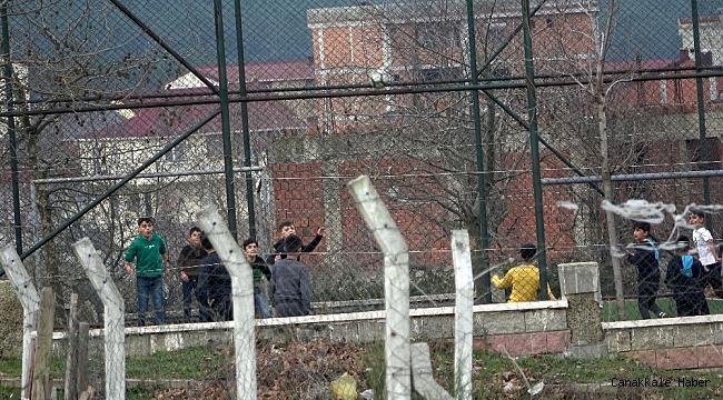 Kısıtlamaya rağmen çocuklar halı sahada maç yaptı