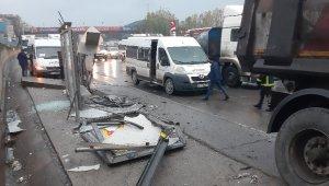 Kocaeli'de kontrolden çıkan tır durağı parçalayarak servis minibüsüne çarptı: 1 yaralı
