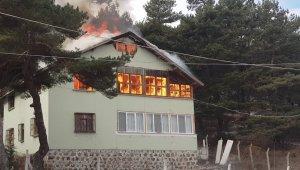 Tadilat yapılan yayla evi alev alev yandı