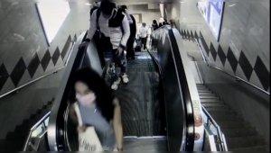 Taksim Metrosu'nda organize yankesicilik kamerada