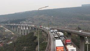TEM'de 7 araç birbirine girdi, kilometrelerce uzunlukta kuyruk oluştu