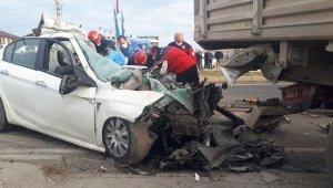 Tıra ok gibi saplanan otomobilin sürücüsü hayatını kaybetti