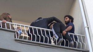 7. kata çıkan genci, polis ve arkadaşı kolundan çekip kurtardı