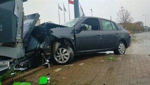 Akaryakıt istasyonunun fiyat panosuna çarpan sürücü yaralandı