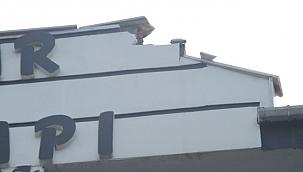 Ayvalık'ta bir evin çatısına yıldırım düştü
