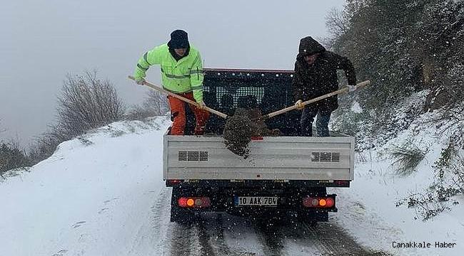 Balıkesir'de kardan kapanan yollar açıldı
