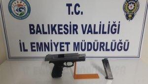 Balıkesir'de polis 5 aranan şahsı yakalarken 4 silah ele geçirdi