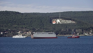 Çanakkale Boğazı'ndan dev geminin yarısı geçti