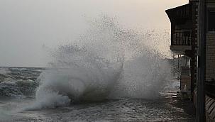 Dev dalgalar evlere kadar ulaştı