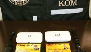 Ehliyet sınavında kamera, kulaklık, wifi sisteminden oluşan düzenekle yakalandılar