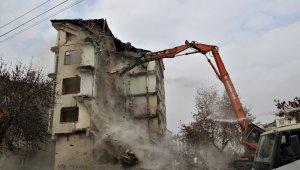 Elazığ'da 5.3'lük depremde ikinci kez hasar alan binanın kontrollü yıkımı başladı