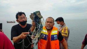 Endonezya'da radardan çıkan yolcu uçağı düştü