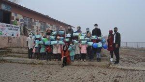 Hayırsever vatandaştan köy okuluna kütüphane