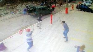İzmir'de hurdacıların demir savaşı: Enkaz başında taşlı sopalı kavga kamerada