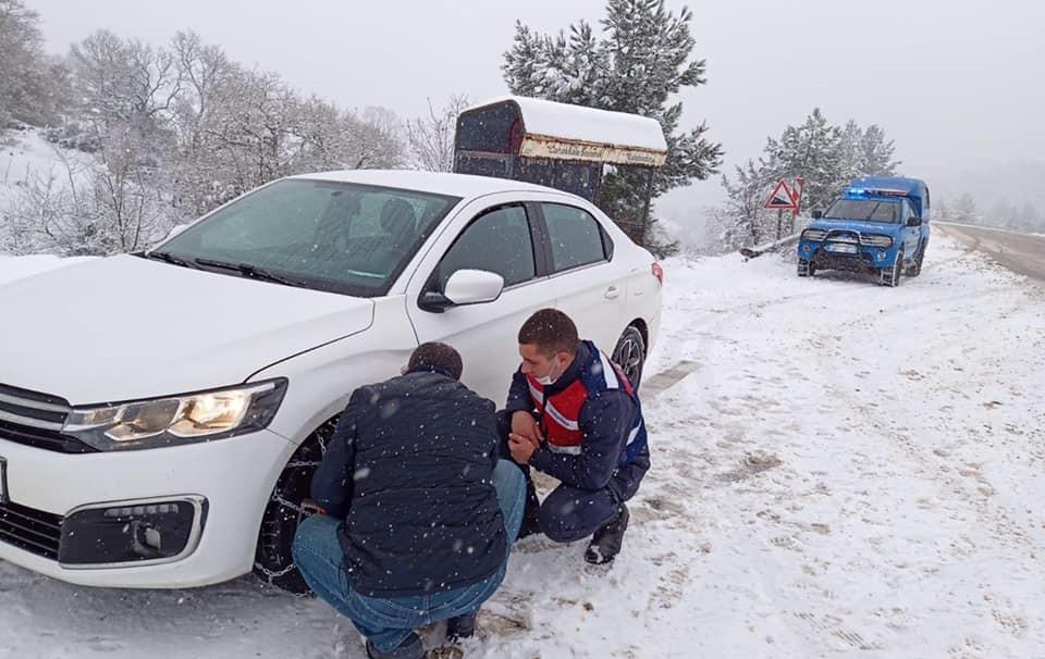 Karda yolda kalanlara Jandarma yardım etti