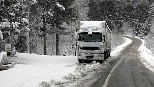 Kaz dağlarında araçlar yollarda kalıyor