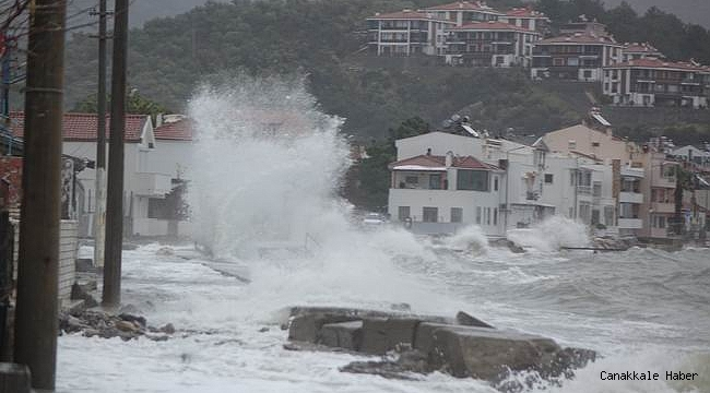 Küçükkuyu'da dev dalgalar evlere kadar ulaştı